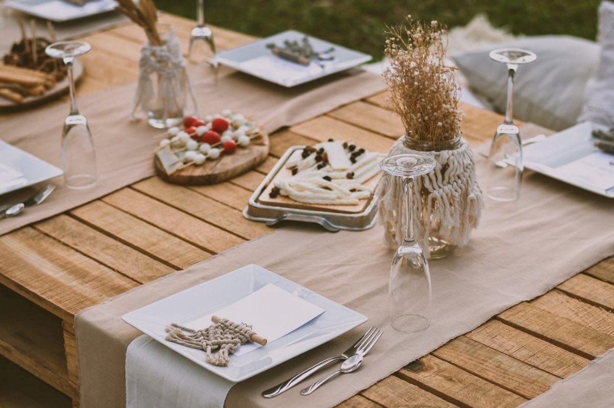 テーブルを飾り付けて雰囲気あるアウトドアの食事を楽しもう